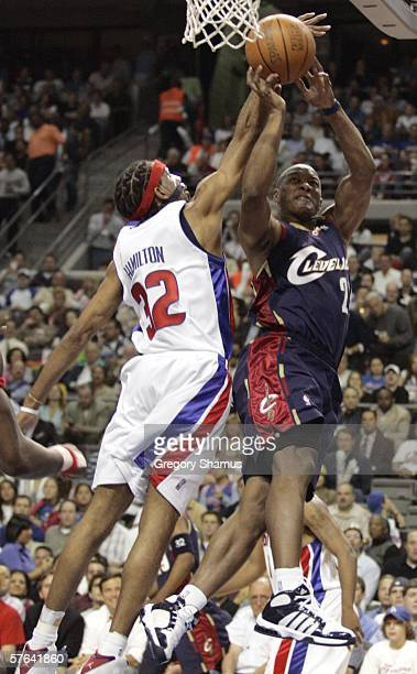 Eric Snow of the Cleveland Cavaliers attempts to shoot against Richard Hamilton of the Detroit Pistons in game five of the Eastern Conference...