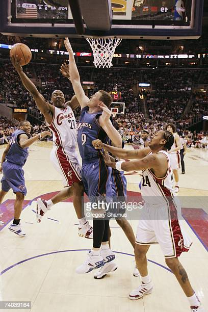 Eric Snow of the Cleveland Cavaliers goes to the basket against Darius Songaila of the Washington Wizards in Game Two of the Eastern Conference...