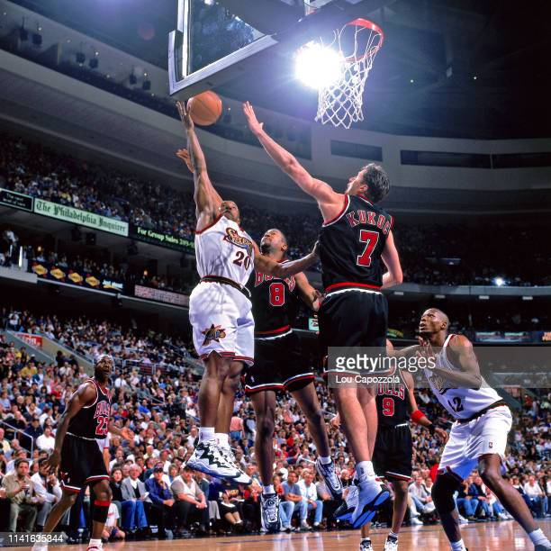 Eric Snow of the Philadelphia 76ers drives to the basket during the game against the Chicago Bulls on April 17 1998 at the CoreStates Center in...