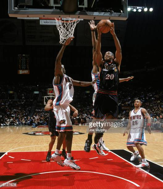 Eric Snow of the Philadelphia 76ers goes to the basket against Bo Outlaw of the Memphis Grizzlies during the game at The Pyramid on March 16 2004 in...