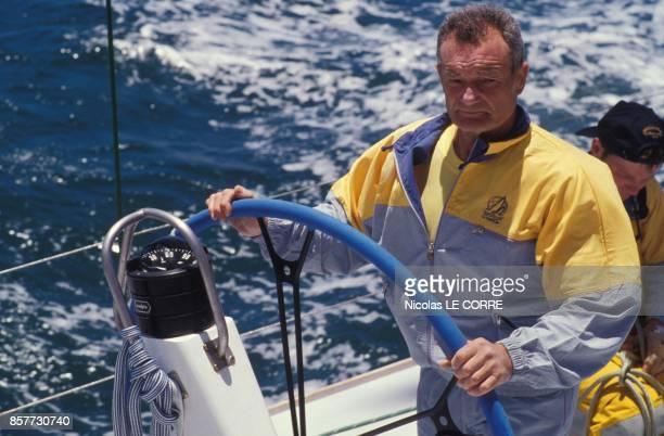 Eric Tabarly a la barre du voilier La Poste pendant la course Whitbread en janvier 1994