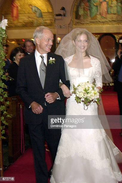 Eric Wentworth walks his daughter Alexandra Wentworth down the aisle to marry former presidential advisor George Stephanopoulos November 20 2001 at...