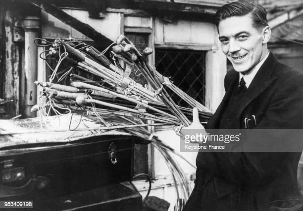 Eric Wildman président de la société nationale pour les punitions corporelles et fabricant de cannes martinets et fouets en 1950 à Londres RoyaumeUni