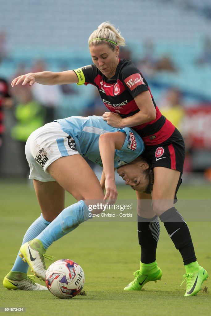 Erica Halloway of the Western Sydney Wanderers gets tangled up in this challenge with City's Alanna Kennedy during the round nine W-League match between the Western Sydney Wanderers and Melbourne City at ANZ Stadium on January 1, 2018 in Sydney, Australia.