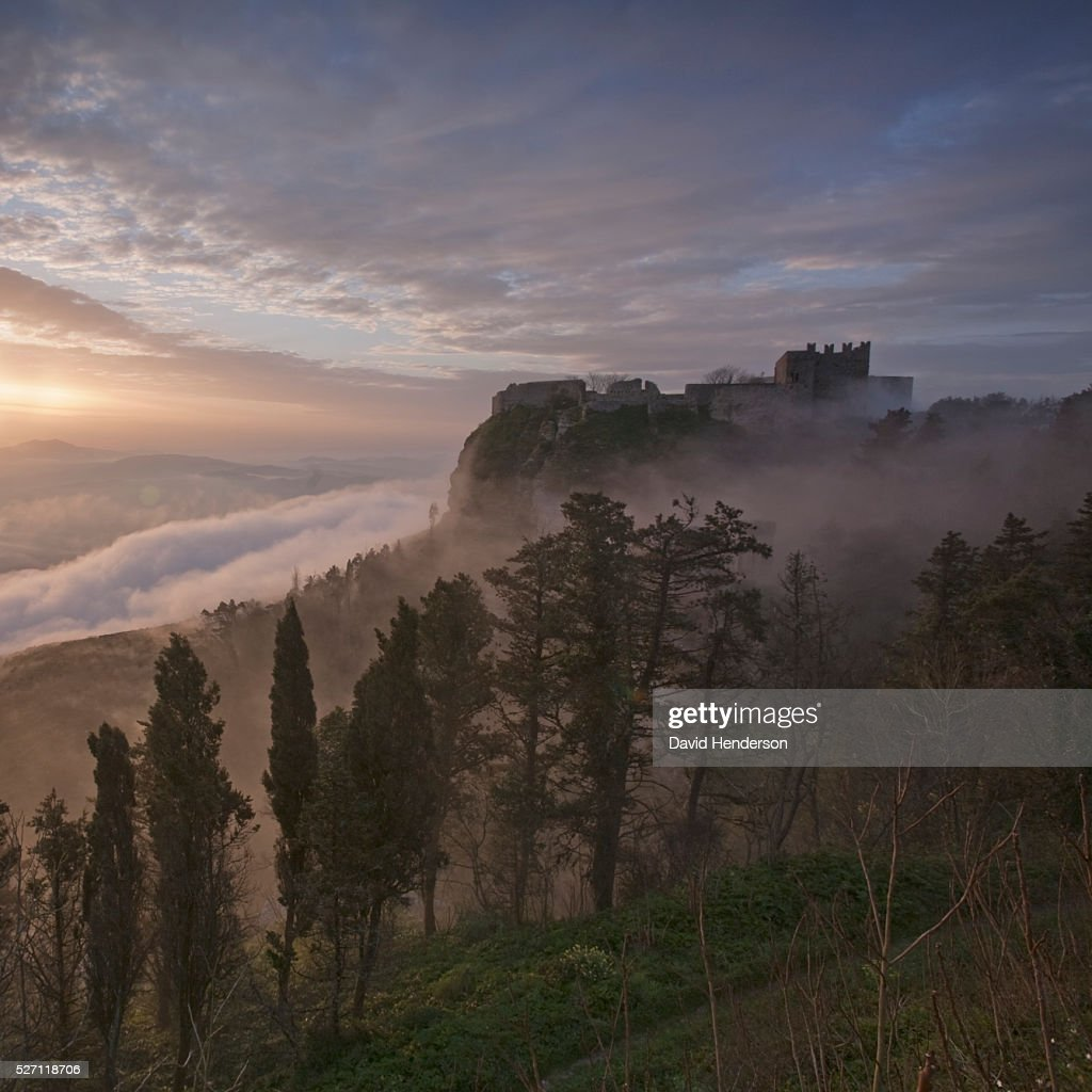 Erice's castle in early morning fog : Foto stock