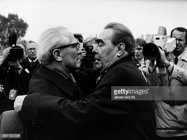 Erich HoneckerErich Honecker Politiker SED DDR Erster Sekretär des ZK der SED 19711989 Staatsratsvorsitzender 19761989 Begrüßung von L Breschnjew...