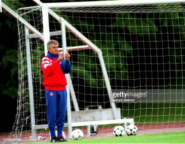 Erich Ribbeck ist in die FußballBundesliga zurückgekehrt Zwar hatte Sir Erich nach seiner Entlassung bei Bayern München im Dezember 1993 geschworen...