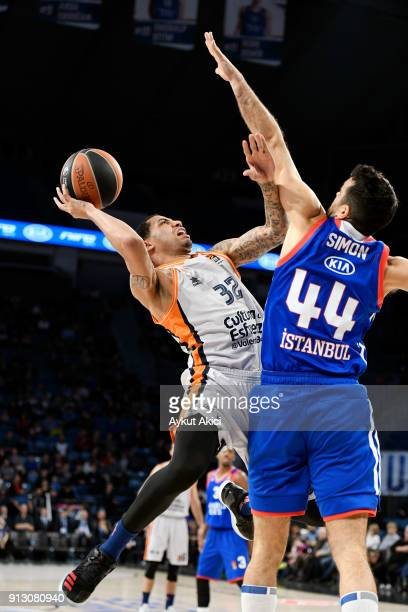 Erick Green #32 of Valencia Basket competes with Krunoslav Simon #44 of Anadolu Efes Istanbul during the 2017/2018 Turkish Airlines EuroLeague...