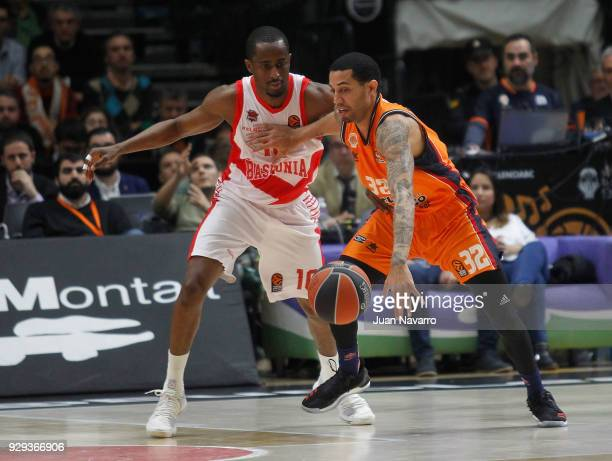 Erick Green #32 of Valencia Basket competes with Rodrigue Beaubois #10 of Baskonia Vitoria Gasteiz during the 2017/2018 Turkish Airlines EuroLeague...