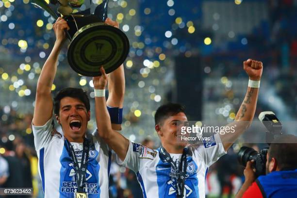Erick Gutierrez and Emmanuel García of Pachuca lift the trophy to celebrate after winning the Final second leg match between Pachuca and Tigres UANL...