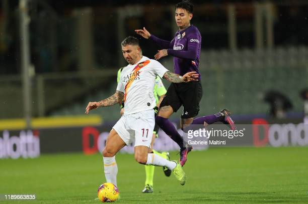 Erick Pulgar of ACF Fiorentina battles for the ball with Aleksandar Kolarov of AS Roma during the Serie A match between ACF Fiorentina and AS Roma at...