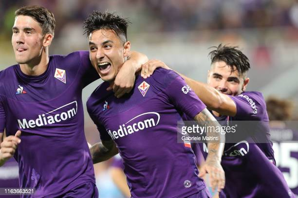 Erick Pulgar of ACF Fiorentina celebrates with teammates after scoring the opening goal during the Serie A match between ACF Fiorentina and SSC...