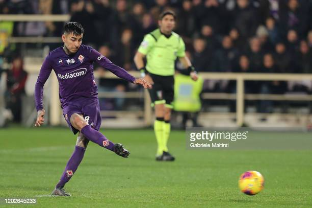 Erick Pulgar of ACF Fiorentina takes a penalty shot to score the equalizing goal during the Serie A match between ACF Fiorentina and AC Milan at...