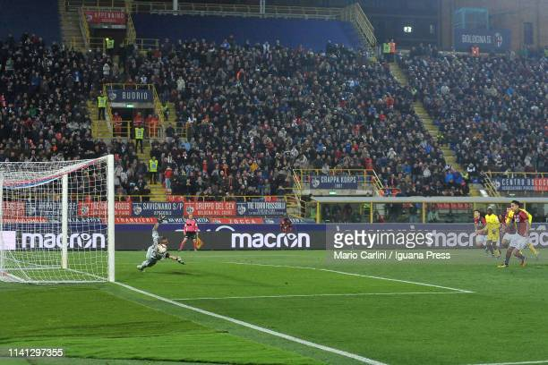 Erick Pulgar of Bologna FC scores the opening goal from the penalty spot during the Serie A match between Bologna FC and Chievo at Stadio Renato...