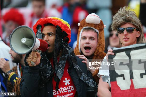 EricMaxim ChoupoMoting of Mainz celebrates with the fans after the Bundesliga match between Bayer 04 Leverkusen and 1 FSV Mainz 05 at BayArena on...