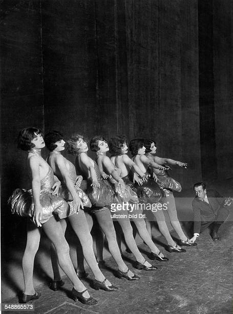 Erik Charell at a rehearsal with cabaretdancers 1925 Photographer Zander Labisch Published by 'Uhu' 03/1925/26 Vintage property of ullstein bild