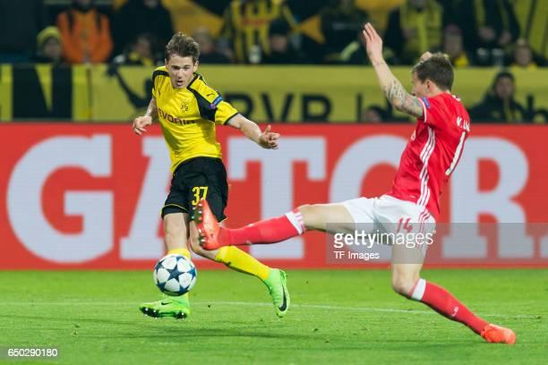 Erik Durm of Borussia Dortmund and Victor Lindeloef of Benfica battle for the ball vorlage zum 40 durch PierreEmerick Aubameyang of Borussia Dortmund...