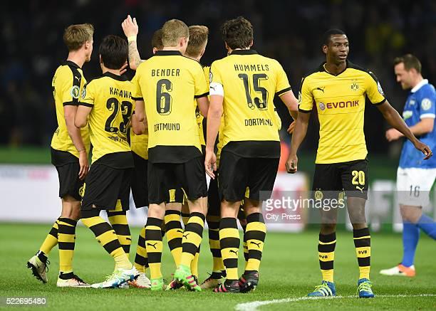 Erik Durm Shinji Kagawa Sven Bender Mats Hummels and Adrian Ramos of Borussia Dortmund celebrate after scoring the 03 during the match between Hertha...