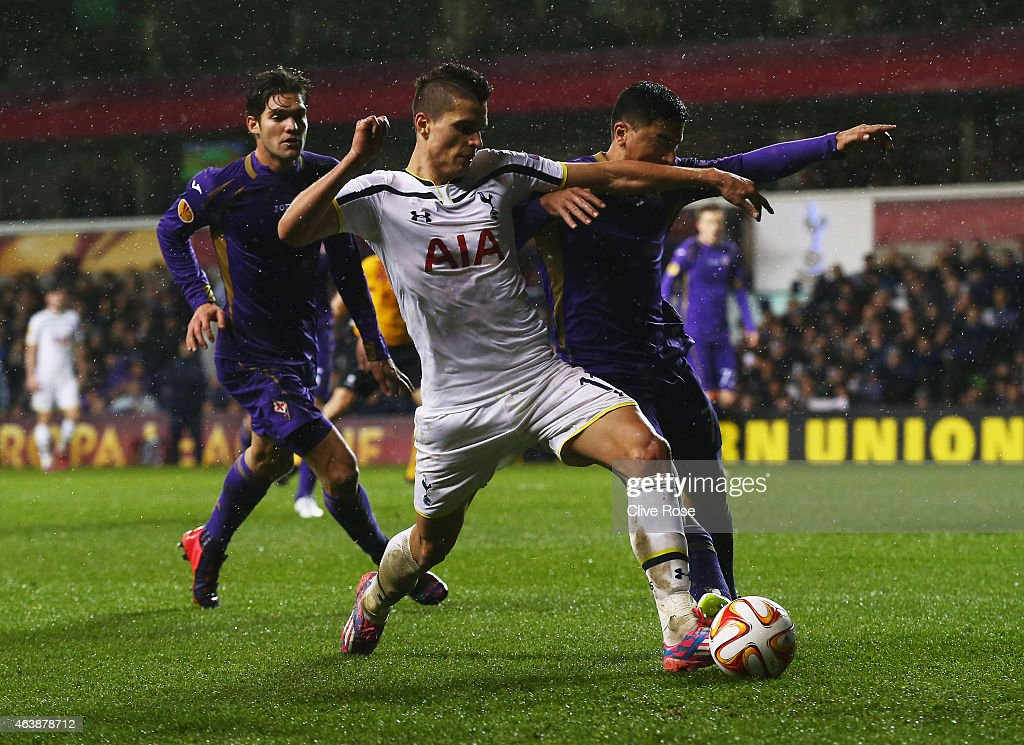 Erik Lamela of Spurs battles with David Pizarro of Fiorentina during the UEFA Europa League Round of 32 first leg match between Tottenham Hotspur FC and ACF Fiorentina at White Hart Lane on February 19, 2015 in London, United Kingdom.