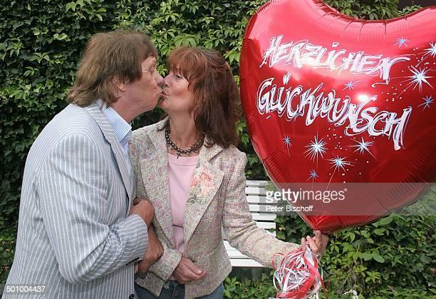 Erik Silvester Ehefrau Marlene Köln Deutschland PNr 1084/2005 Homestory Luftballon mit Aufschrift Herzlichen Glückwunsch Kuss küssen Sänger Komponist...