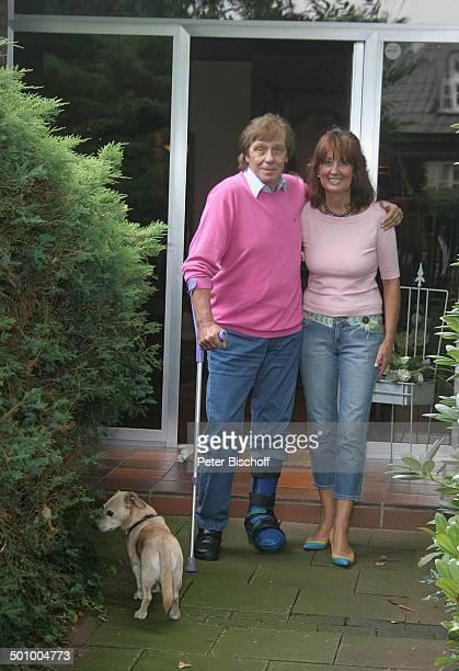 Erik Silvester Ehefrau Marlene SaharaDackel Robby Köln Deutschland PNr 1084/2005 Homestory Garten Schiene Gips Gipsbein Hund Tier Sänger Komponist...
