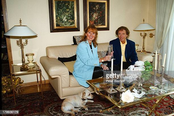 Erik Silvester Ehefrau MarleneSaharaDackel Robby Homestory KölnWohnzimmer Sofa Kissen Lampe BilderSekt Champagner Glas Hund Tier
