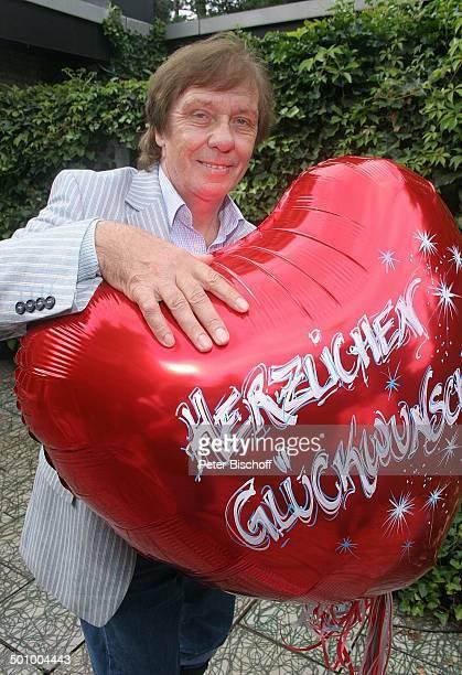 Erik Silvester Köln Deutschland PNr 1084/2005 Homestory Luftballon mit Aufschrift Herzlichen Glückwunsch Sänger Komponist Produzent Promi JP Foto...