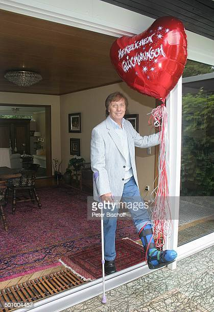 Erik Silvester Köln Deutschland PNr 1084/2005 Homestory Luftballon mit Aufschrift Herzlichen Glückwunsch Schiene Krücke Gehhilfe Gehstock Gips...