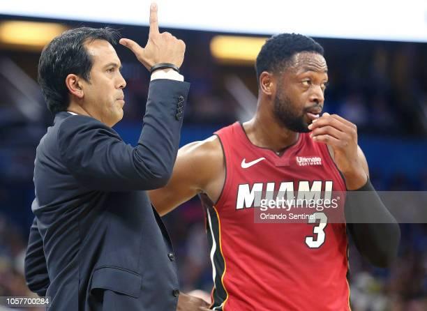 Erik Spoelstra entrenador del Miami Heat habla con Dwyane Wade guardia del equipo en un partido del mes pasado