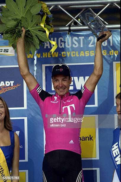 Erik Zabel *- Sportler, Radsport , BRD als Sieger auf dem Podium mit Blumenstrauß und Pokal, HEW Cyclassics in Hamburg .
