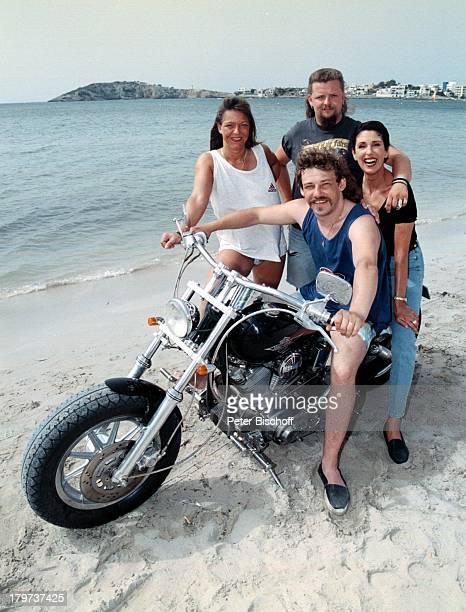 Erika Berger mit drei IbizaUrlaubern1997 Urlaub Motorrad Strand SpanienRTLShow Heimliche Lust auf Ekstase