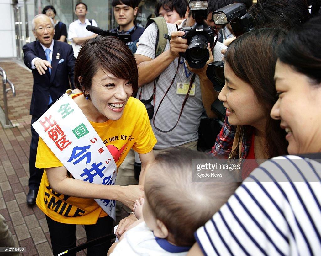 eriko imai a member of the female j pop group speed shakes hands