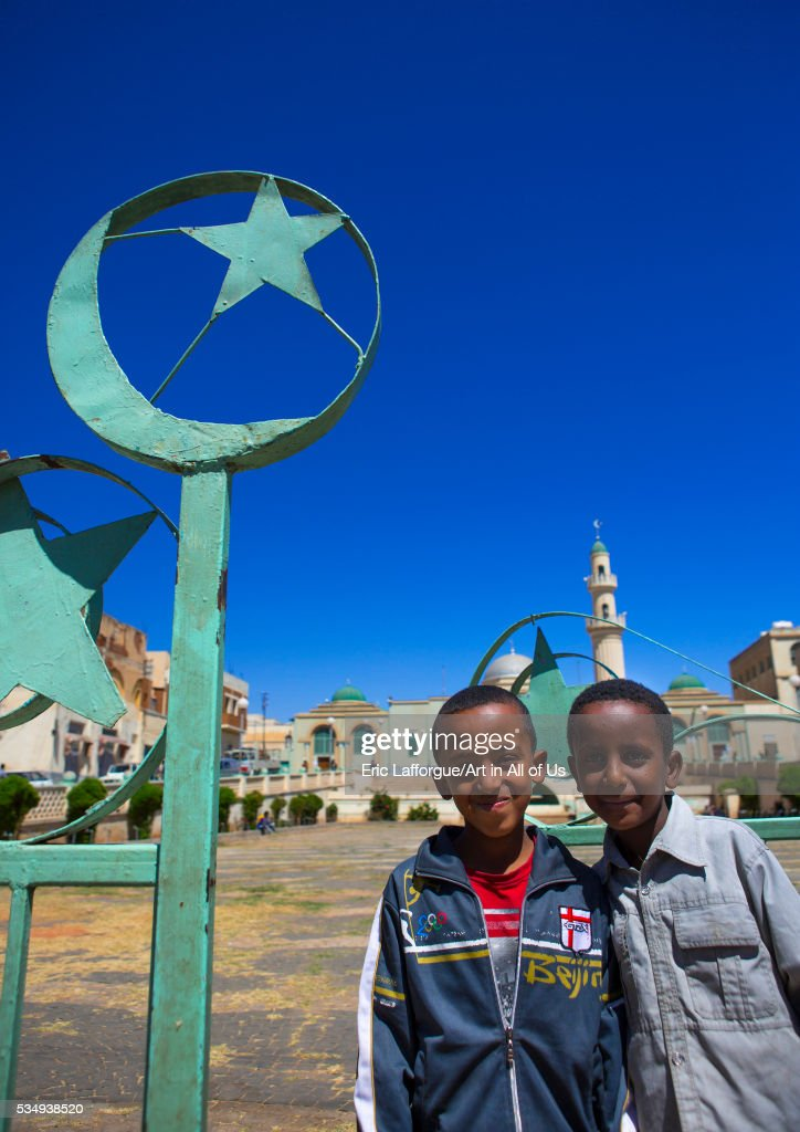 Eritrea, Horn Of Africa, Asmara, kids standing in front of grand mosque kulafa al rashidin : ニュース写真