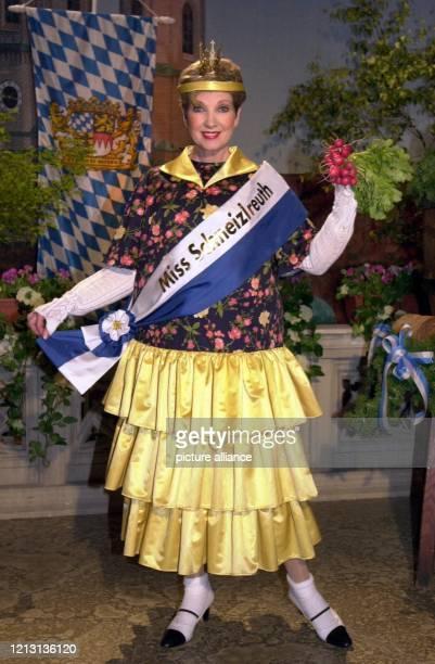 Erkannt Als Miss Schneizlreuth präsentiert sich Moderatorin Carolin Reiber am 2342000 in den Bavaria Studios in München Diesmal moderiert sie ihre...