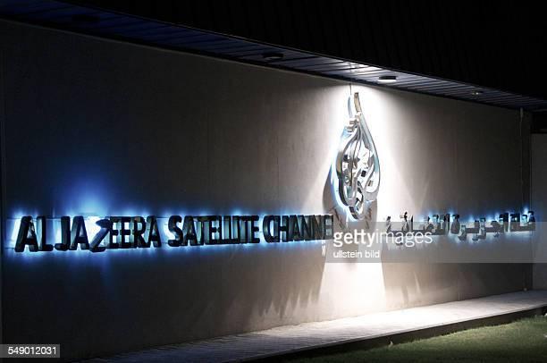 Erleuchtetes Logo von Al Dschasira Al Jazeera Fernsehsender in Doha Katar
