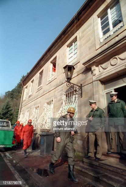 Ermittlungsbeamte der Polizei betreten am 9.2.1992 das Haus in Trippstadt , in dem in der Nacht zuvor bei einem Wohnungsbrand acht Kinder und zwei...