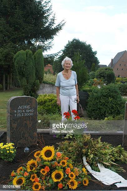 Erna Bobbert ExklusivFoto ExSchwiegermutter von Rudi Carrell Mutter von Anke Kesselaar 'Friedhof Heiligenfelde' Grabstein von Rudi und Anke...