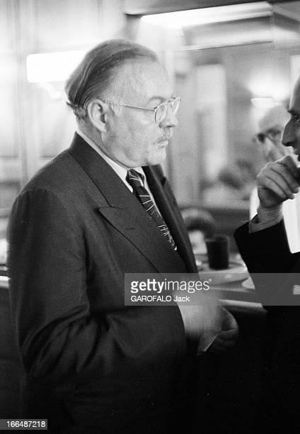 Ernest Hemingway Visiting Paris In France Juillet 1953 Ernest HEMINGWAY aux courses hippiques d' Auteuil Portrait de l' écrivain portant des lunettes...
