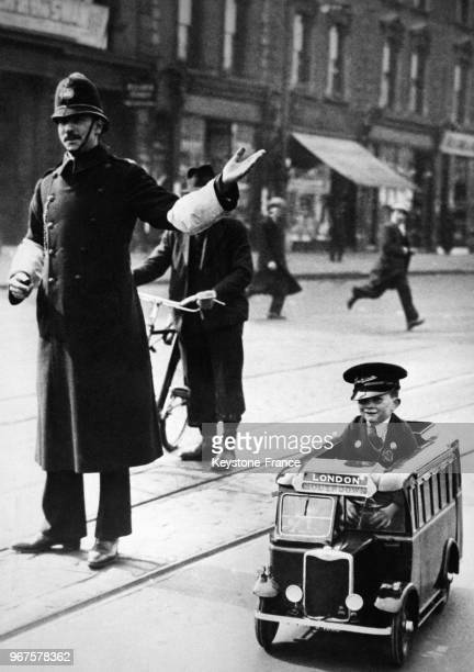 Ernest Johnstone arrive à Londres dans le mini-bus à pédale dans lequel il a parcouru 102 km de Brighton, sa ville d'origine, à la capitale en...