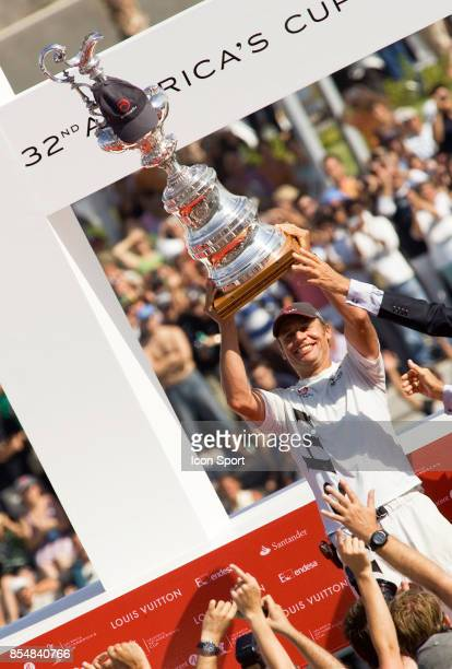 Ernesto BERTARELLI - ALINGHI - et le trophee - - 32eme Coupe de l'America - Match 7 - America's Cup 2007 - Valence -