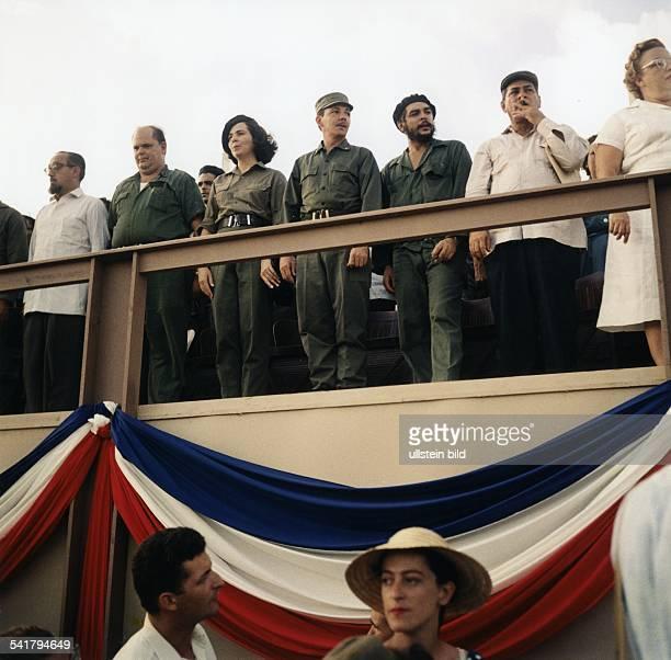 Ernesto Che Guevara *Arzt Politiker Argentinien / Kuba als Minister auf der Ehrentribüne bei einer Veranstaltung in Santiago de Cuba anläßlich...