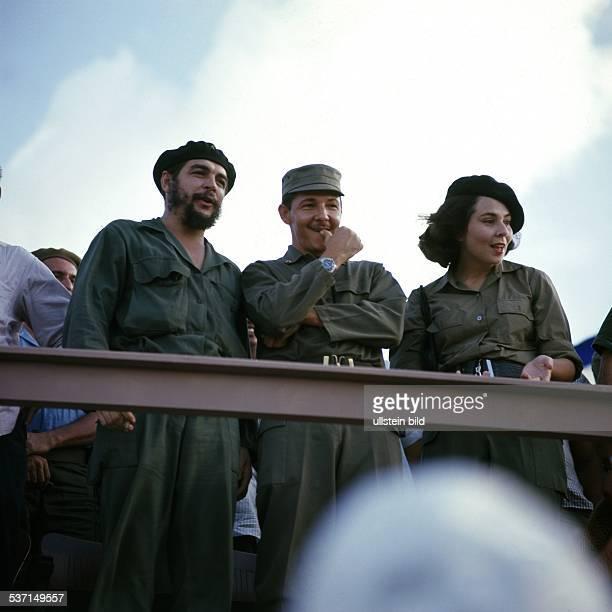 Ernesto Che Guevara Arzt Politiker Argentinien / Kuba Ernesto 'Che' Guevara Industrieminister Kuba mit Verteidigungsminister Raul Castro und dessen...