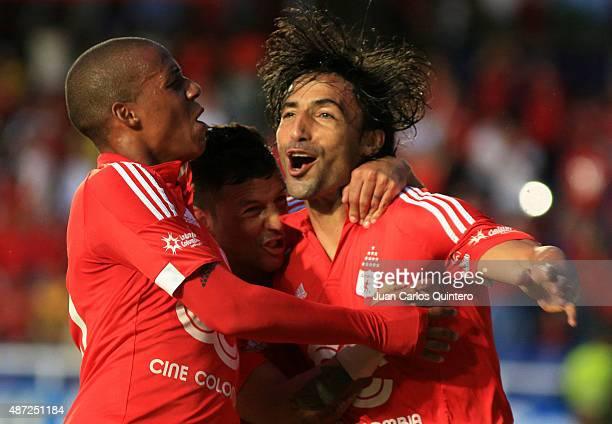 Ernesto Farias of America de Cali celebrates with his teammates after scoring the first goal of his team during a match between America de Cali and...