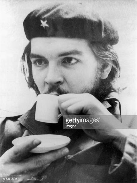 Ernesto Rafael Guevara de la Serna commonly known as Che Guevara drinking coffee, Photograph, Um 1955 [Ernesto Rafael Guevara de la Serna, genannt...