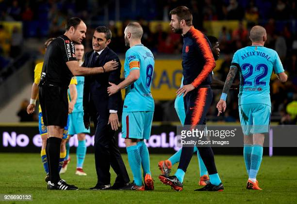 Ernesto Valverde coach of Barcelona argues with the referee Antonio Mateu Lahoz during the La Liga match between Las Palmas and FC Barcelona at...