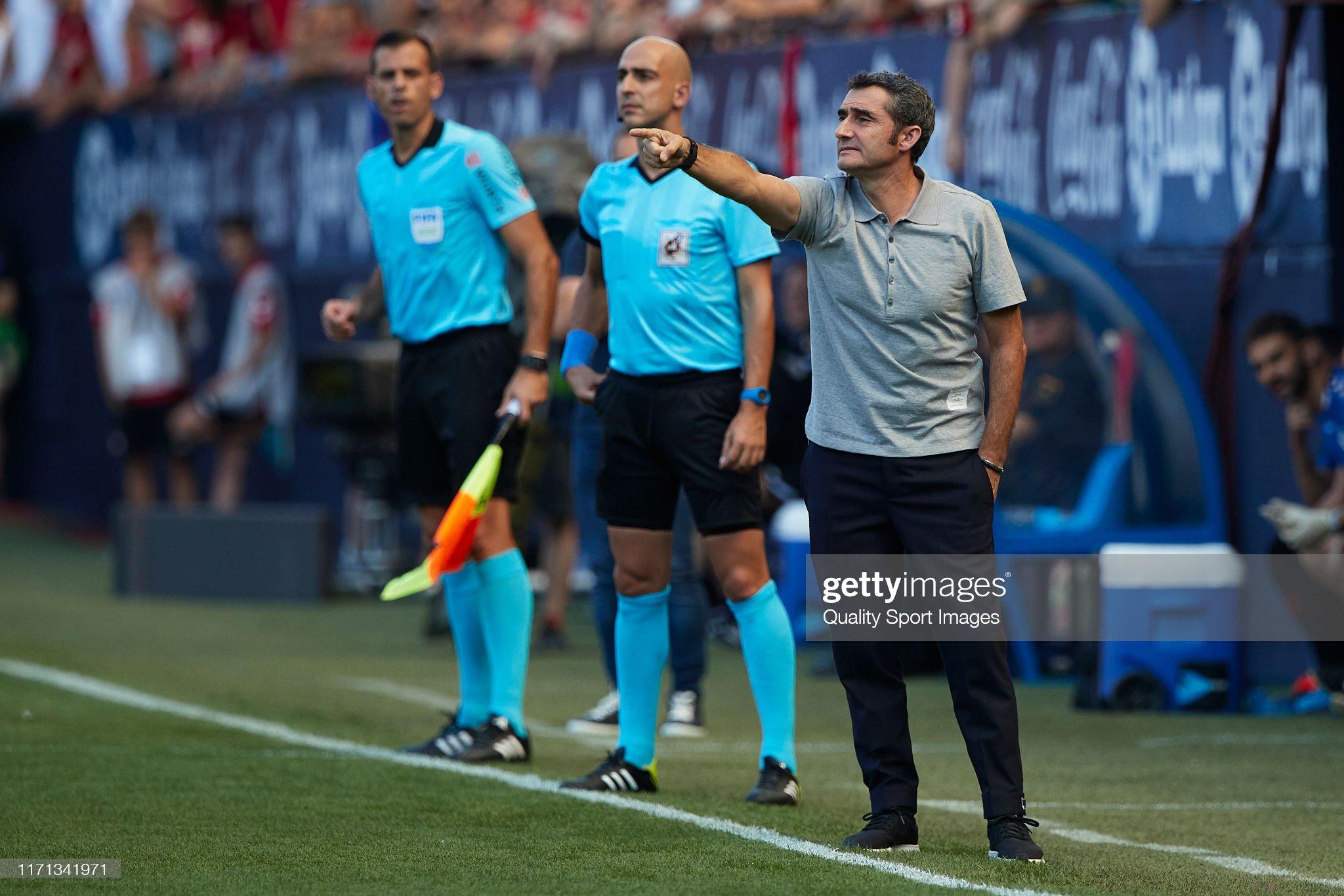 صور مباراة : أوساسونا - برشلونة 2-2 ( 31-08-2019 )  Ernesto-valverde-manager-of-barcelona-gives-instructions-during-the-picture-id1171341971?s=2048x2048