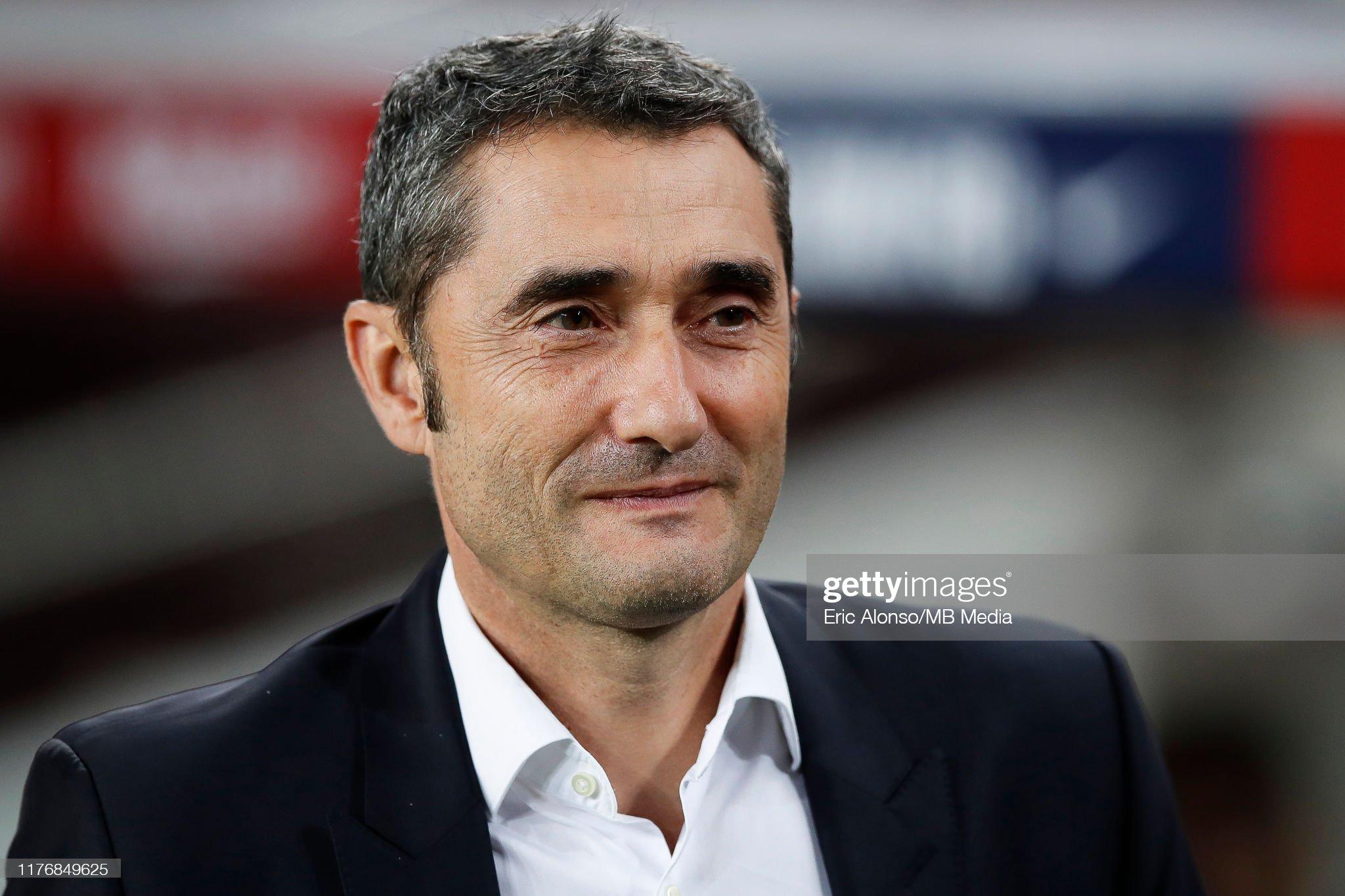 صور مباراة : برشلونة - فياريال 2-1 ( 24-09-2019 )  Ernesto-valverde-walks-before-start-the-liga-match-between-fc-and-picture-id1176849625?s=2048x2048