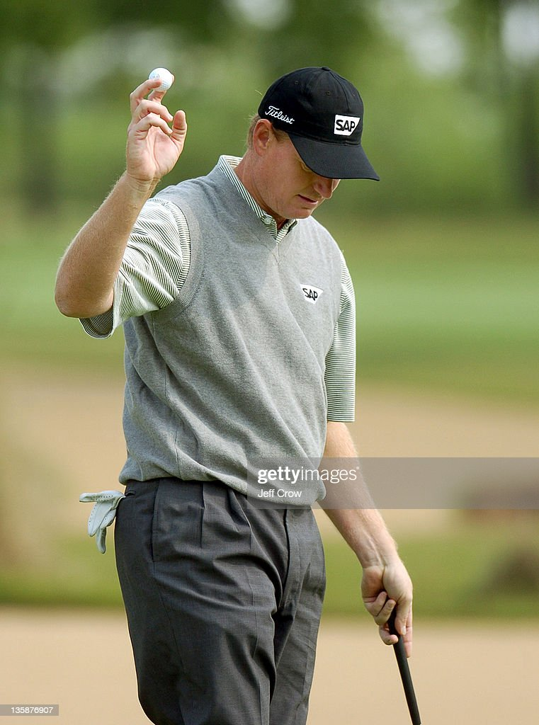 Ernie Els from South Africa playing out during the continued round four. Els won by 13 strokes at 26 under par BMW Asian Open, Tomson Golf Club Shanghai China May 2, 2005.
