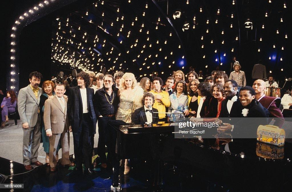 Ernst Hilbich, Brigitte Mira, Eberhard Chors, (links außen,v.l.n.r.), mit weiteren Gästen von Michael Schanze (Mitte am Klavier), TV-Show, Bühne, Schauspieler, Komiker, Schauspielerin, Showmaster, Sängerin,