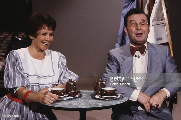 Ernst Hilbich Lotti Krekel ZDFQuizShow Dalli Dalli Tisch KaffeeKanne Tasse Brille Schauspieler Schauspielerin Komiker Lebensgefährte Lebensgefährtin
